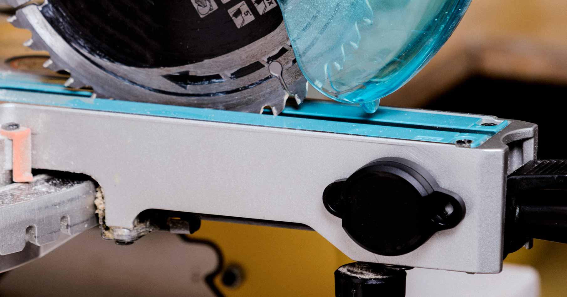 Närbild på en cirkelsåg med en monterad Bluetooth-sändare.