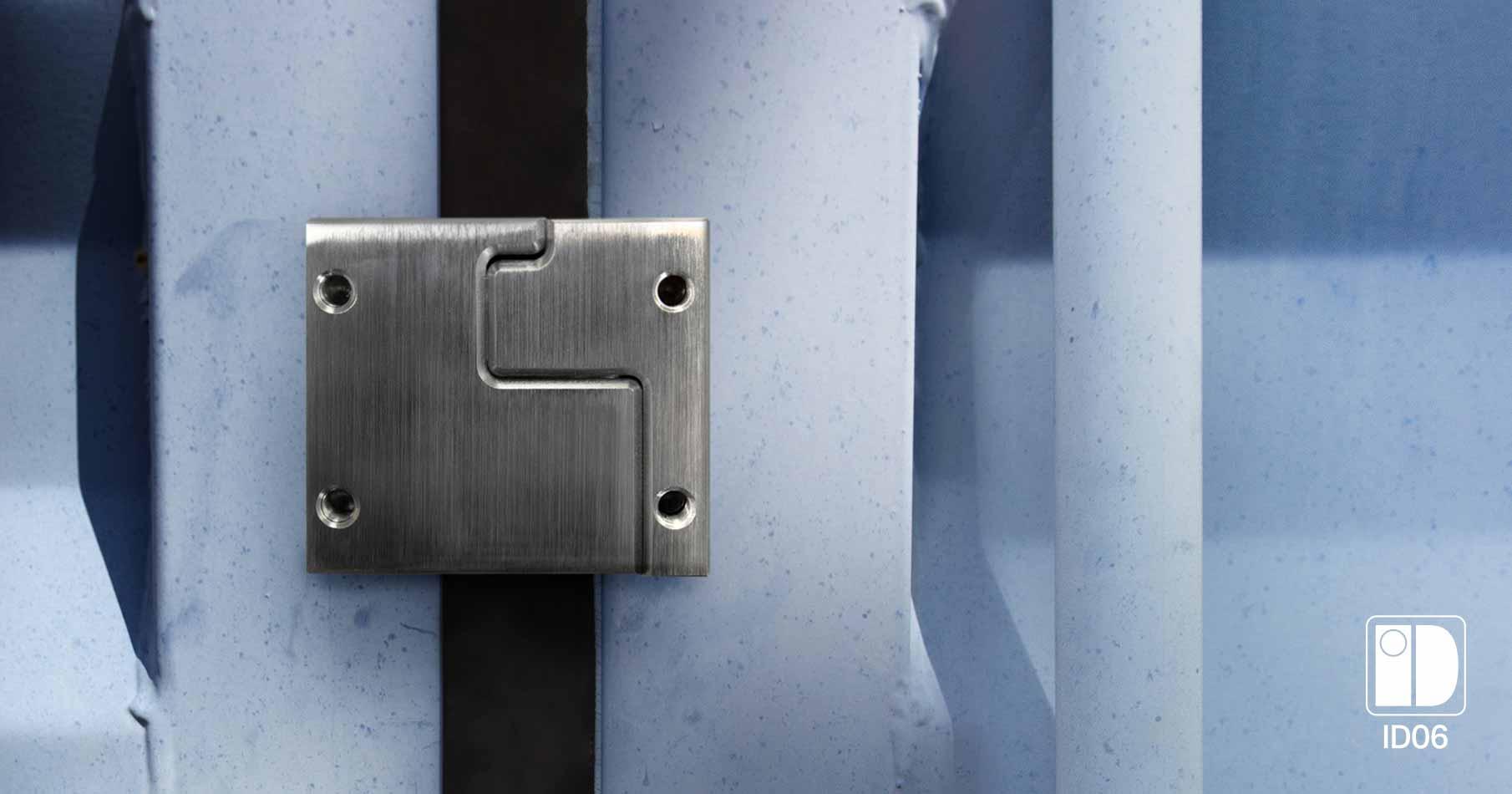 Containerlås i metall i närbild på en blå container
