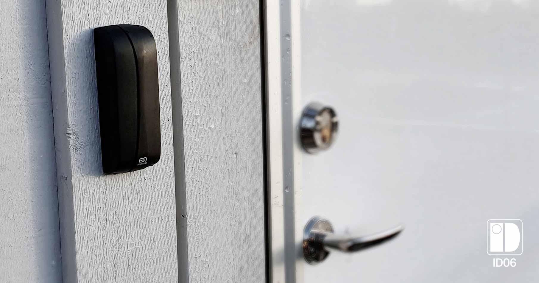 Närbild på en boddörr med en svart kortläsare monterad bredvid