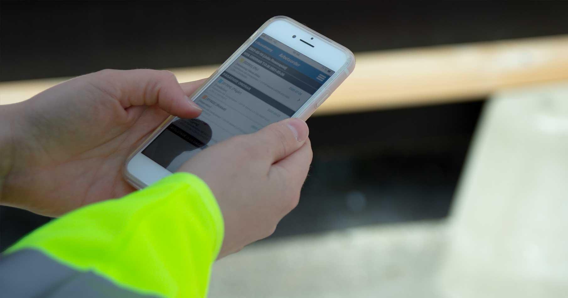 Hantverkare ser över sina arbetsorder i mobilen i AddMobiles app för projekthantering.