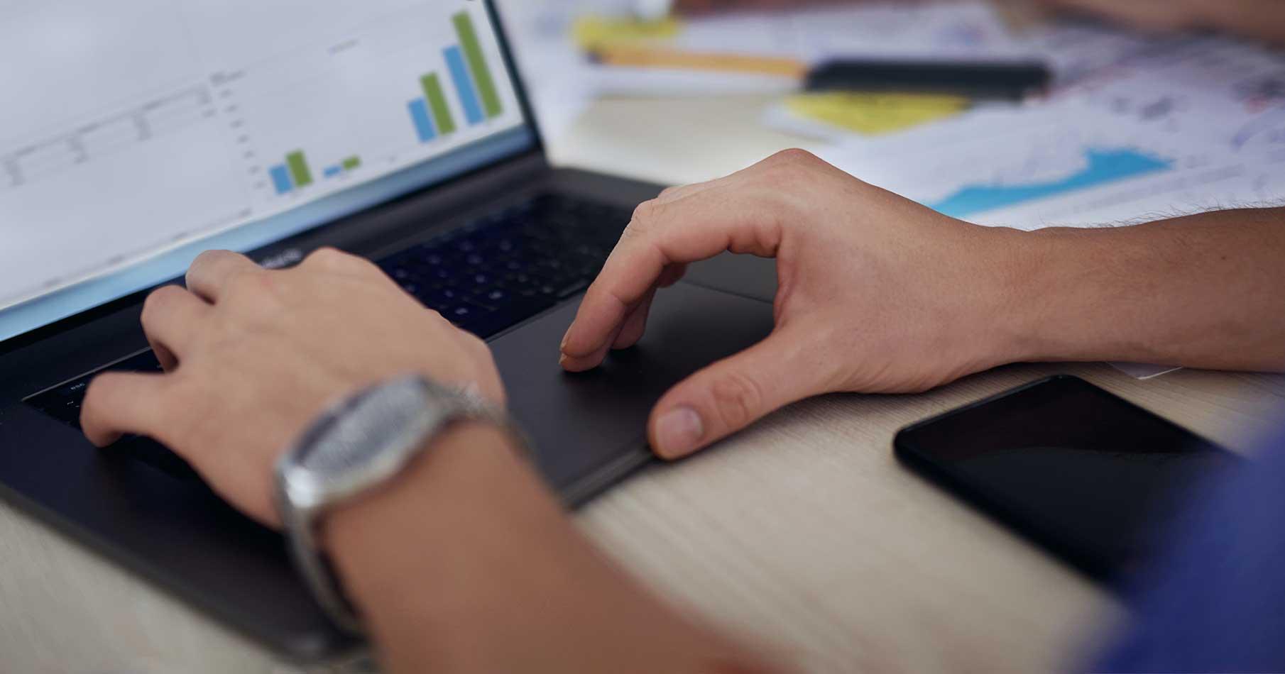 Närbild på händer som skapar en kalkyl i AddMobiles projekthanteringssystem