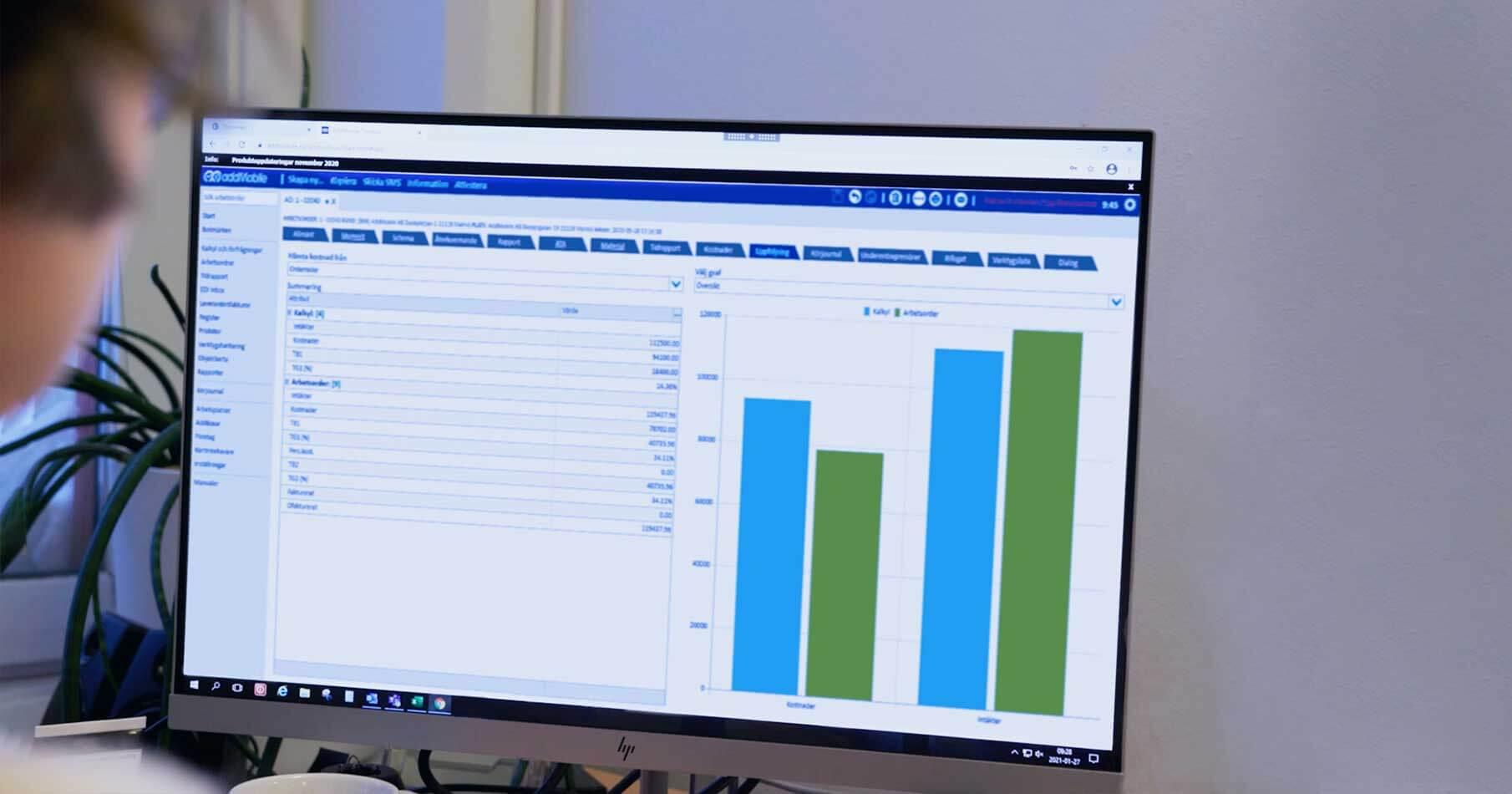 Kvinnlig administratör schemalägger resurser och medarbetare i AddMobiles projekthanteringssystem.